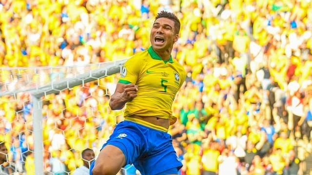 Ainda à espera de adversário, seleção brasileira desembarca em Porto Alegre